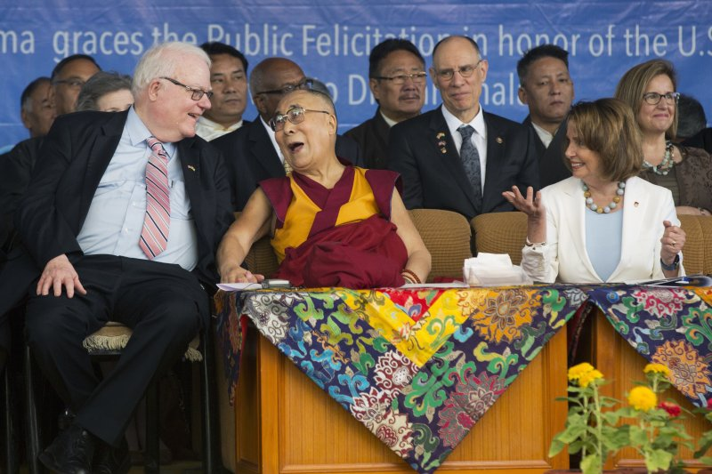 美國聯邦眾議院民主黨領袖裴洛西(右)率團拜訪達賴喇嘛(中),左邊為共和黨籍聯邦眾議員單勃納(AP)
