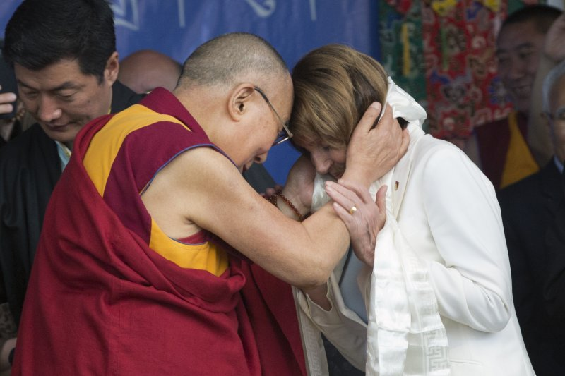 美國聯邦眾議院民主黨領袖裴洛西(右)率團拜訪達賴喇嘛(左)(AP)