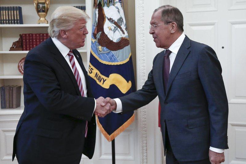 美國總統川普(左)與俄羅斯外長拉夫羅夫(右)會面。(美聯社)
