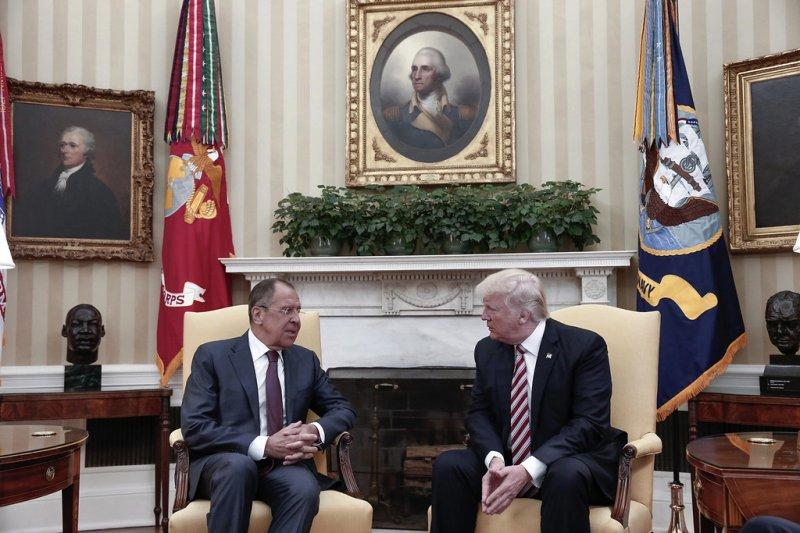 美國總統川普(右)與俄羅斯外長拉夫羅夫(左)會面。(美聯社)