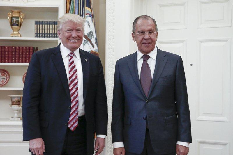 2017年5月10日,美國總統川普(左)與俄羅斯外長拉夫羅夫(右)會面。(美聯社)