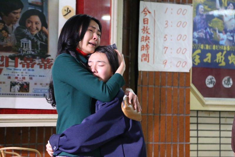 才剛重拾歡笑的黑美人,又遇上長女阿芬失蹤,好不容易母女倆在戲院終於重逢。(圖/外鄉女提供)
