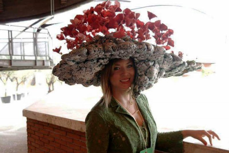 tziana Pagliani和她設計的罌粟花帽(照片提供:曾廣儀)