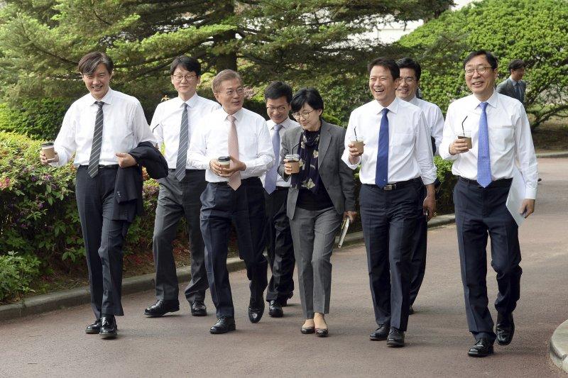 南韓總統文在寅5月11日和青瓦台新任首席秘書官們吃過午餐後,和他們一同在青瓦台內散步。(AP)