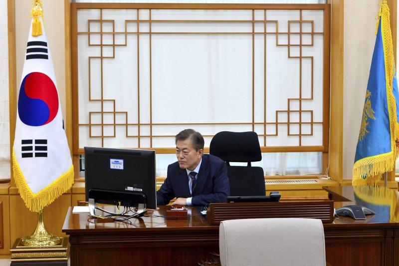 南韓新任總統文在寅在青瓦台辦公(AP)