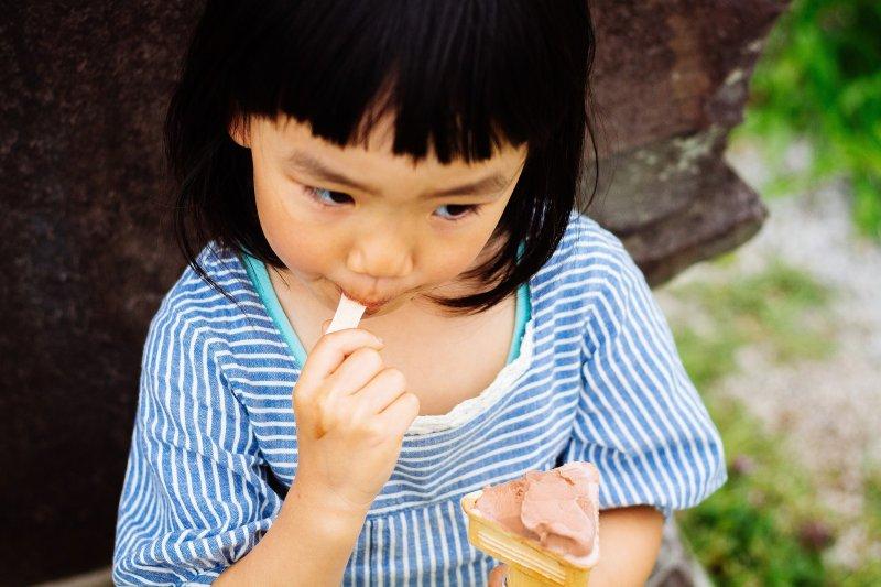 開始長牙就應該刷牙,家長應該協助孩子清潔牙齒,每3至6個月接受牙齒檢查。(圖/ジユン@pakutaso)