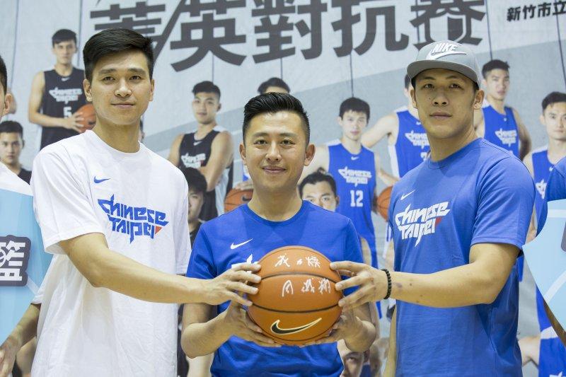 「中華男籃菁英對抗賽」將於27日舉行,新竹市長林智堅(圖中)表示,歡迎民眾踴躍索票,進場加油。(新竹市府提供)