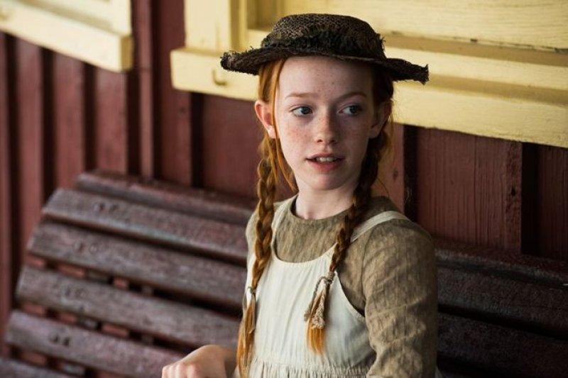 5月12日上映的新劇中,紅髮安妮在等火車(BBC中文網)