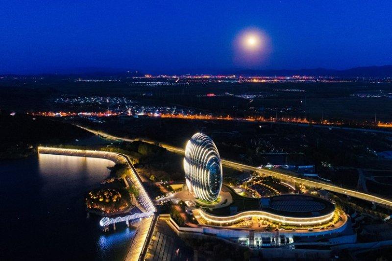 一帶一路國際合作高峰會所在地懷柔雁棲湖畔夜色。(新華社)