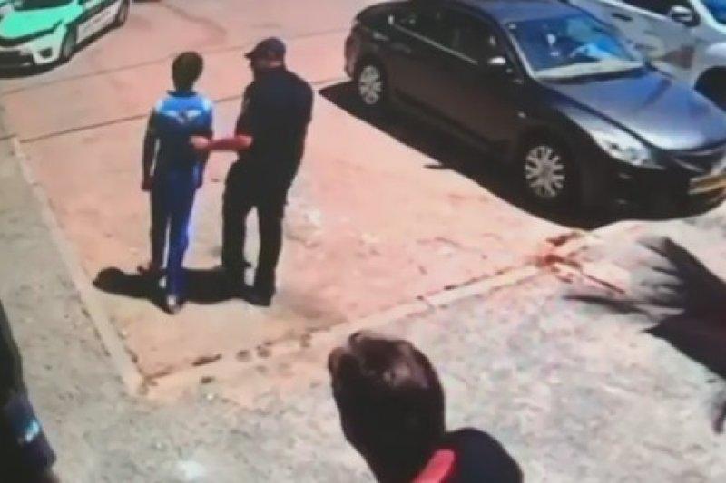 以色列警方接獲通報,救出1名打從出生就被雙親囚禁在家的14歲少年(翻攝自Channel 2 News)