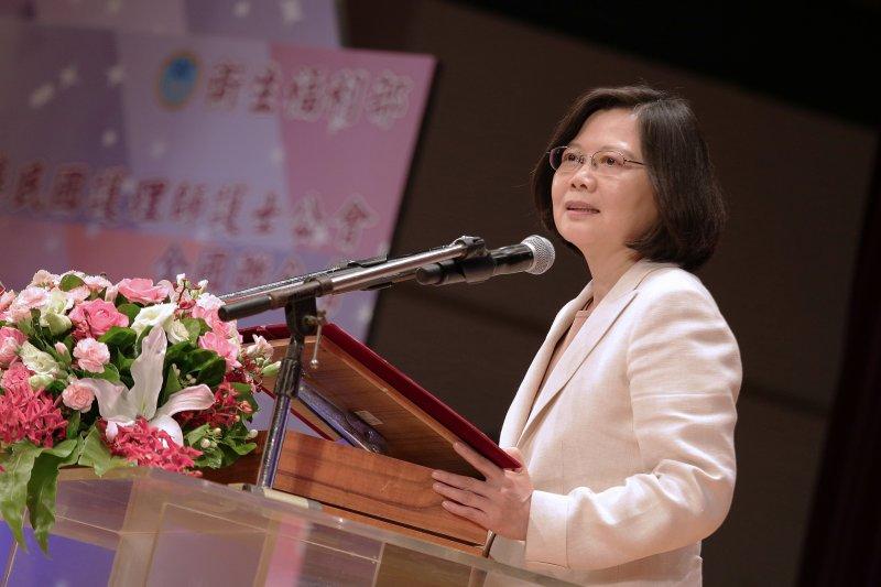 總統蔡英文12日下午出席「國際護師節聯合慶祝大會」致詞時強調,台灣是全球衛生體系的一環,不應該因眾所周知的政治考量而被排除在WHA之外。(總統府提供)