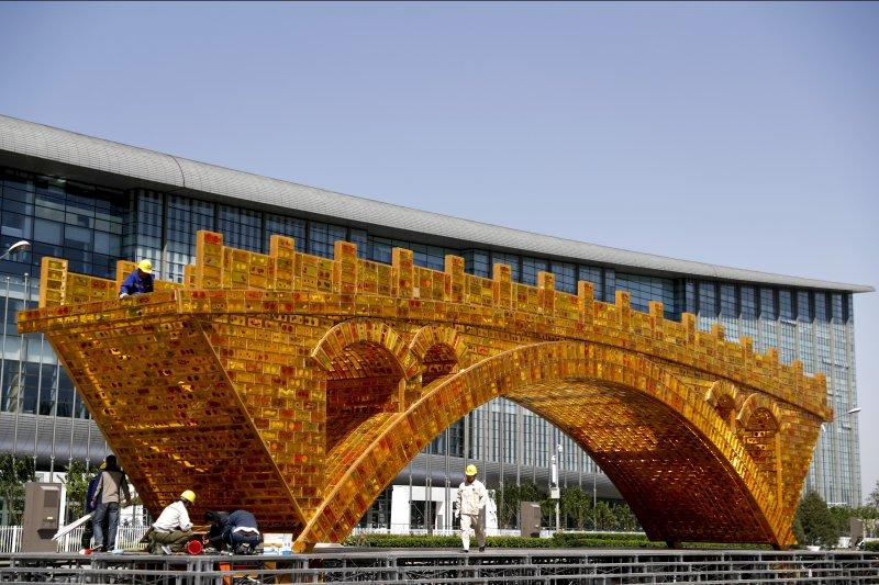 一帶一路峰會會場外的金色橋梁雕塑,象徵「金色絲路」。(美聯社)