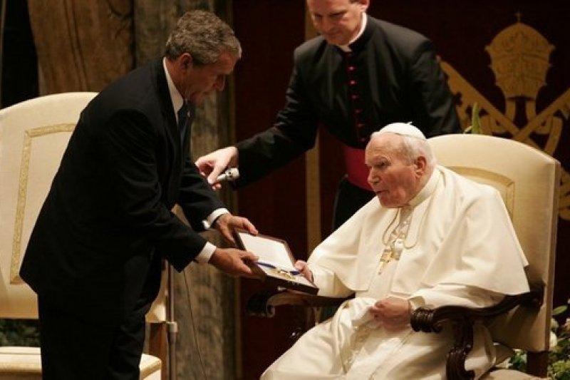 2004年美國總統小布希贈與自由勳章給若望保祿二世。(圖/維基百科公有領域)