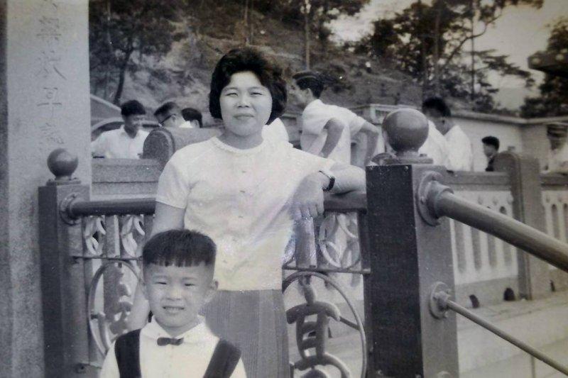 台北市長柯文哲在臉書曬出小時候和母親的合照,網友都說柯文哲小時候好可愛。(取自柯文哲臉書)