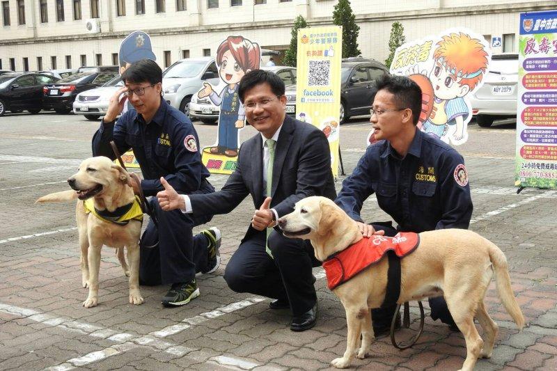 中市掃毒獲成效 105年上、下半年連續獲內政部評比六都第一,市長林佳龍(中)嘉勉有功人員與警犬。(台中市政府提供)