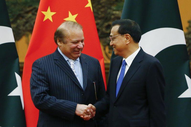 巴基斯坦總理夏立夫(左)與中國國務院總理李克強(右)(AP)