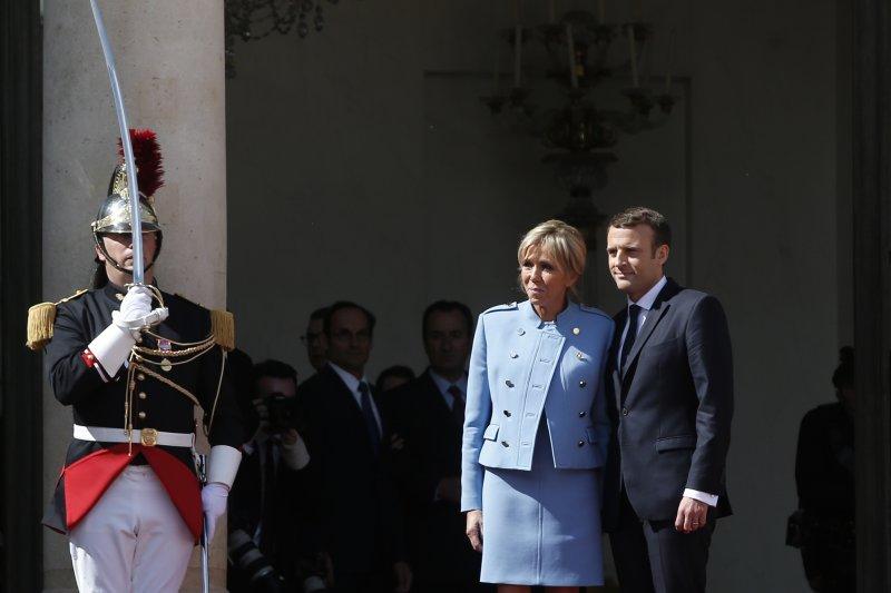 法國新任總統馬克宏14日正式就職,第一夫人布莉姬特一同出席典禮(AP)