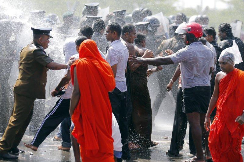 斯里蘭卡近日就因為政府為了一帶一路計畫,強徵土地引爆僧侶和居民抗議。(美聯社)