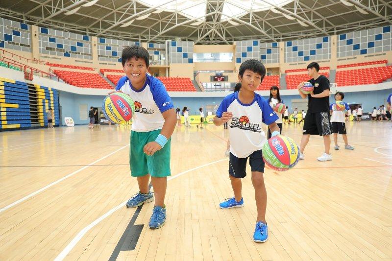 國泰童樂節「明日之星籃球營」由WSBL連霸之國泰女籃擔任教練,帶給孩子們紮實又充滿歡笑的籃球營。(圖/國泰人壽提供)