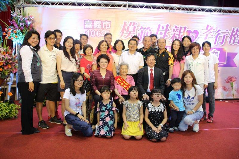 涂市長表揚模範母親、慈馨母親、孝行楷模,呼籲子女要珍惜與父母相聚的時光。〔圖/嘉義市政府提供〕