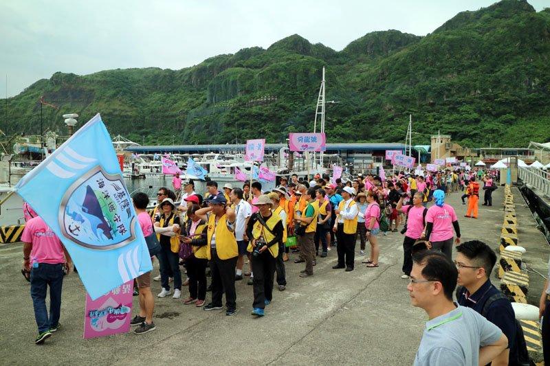 市長林右昌帶頭排成一字形,象徵海洋保育區成立週年。(圖/基隆市政府提供)