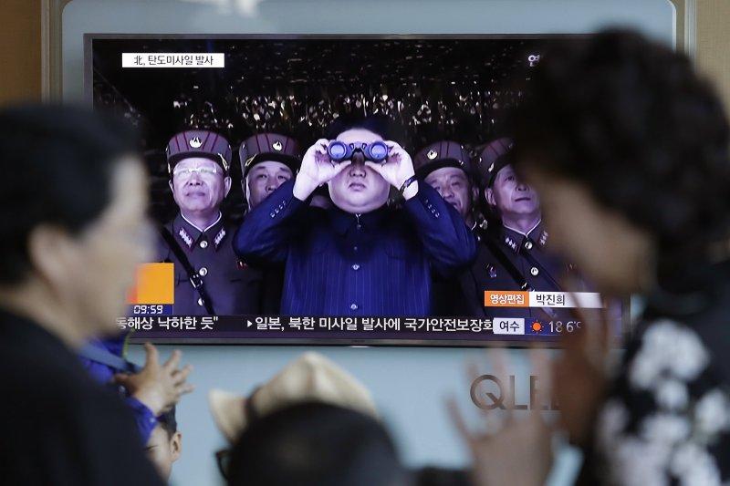 北韓14日再度試射飛彈,金正恩視察演習的畫面也再次躍上南韓媒體。(美聯社)