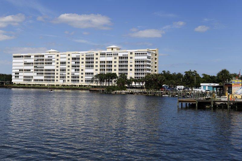 潟湖邊越蓋越多的房子,嚴重影響當地生態。(美聯社)