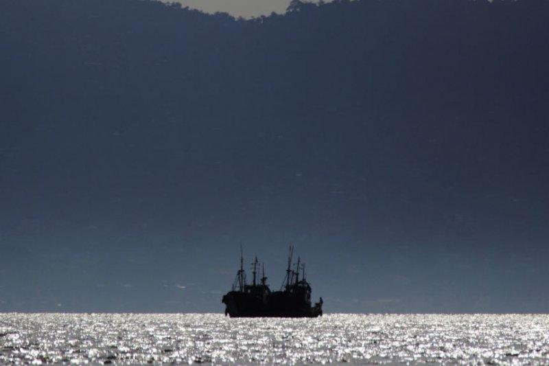 塞拉利昂弗里敦附近水域下錨停泊的一艘中國漁船(2012年11月資料照片)。(美國之音)