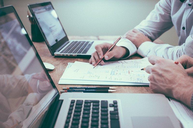筆者認為,如果光靠自由現金流預估,有獲利可能性的投資是無法成立的;但如果連同策略佈局一併計入,這些策略佈局可能展現的未來營收和現金流,就會讓實體選擇權出現。(圖/pixabay)