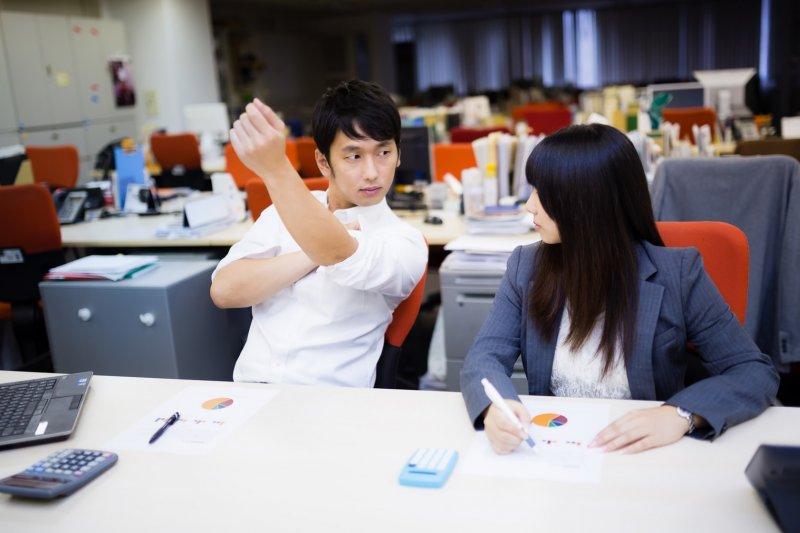 hot desking是資源共享,桌子電腦不固定專門給某人使用,誰需要誰就可以用。(圖/pakutaso)