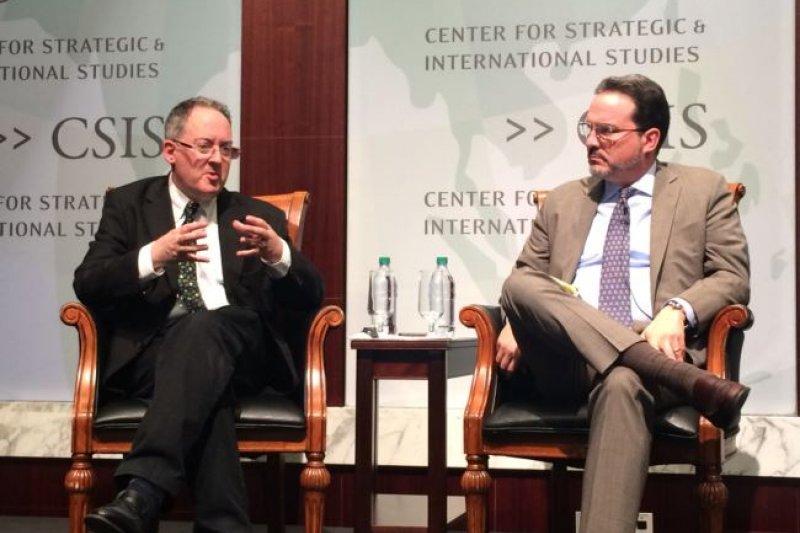 拉赫曼(左)4月在戰略暨國際研究中心」(CSIS)介紹新書(美國之音)