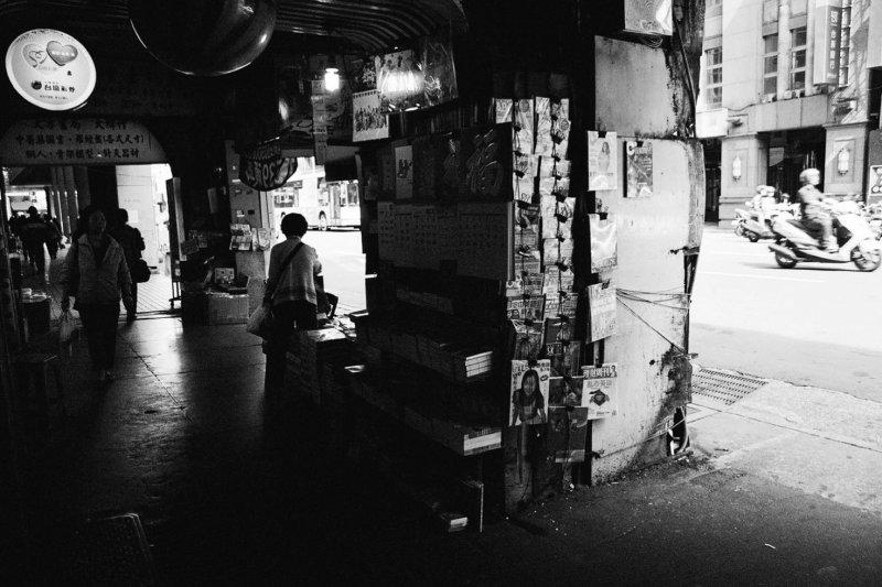 重慶南路上的書報攤(陳文發拍攝,時報出版提供)