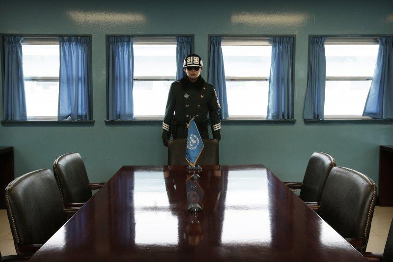 南北韓非軍事區板門店會議室裡的南韓軍人。(美聯社)