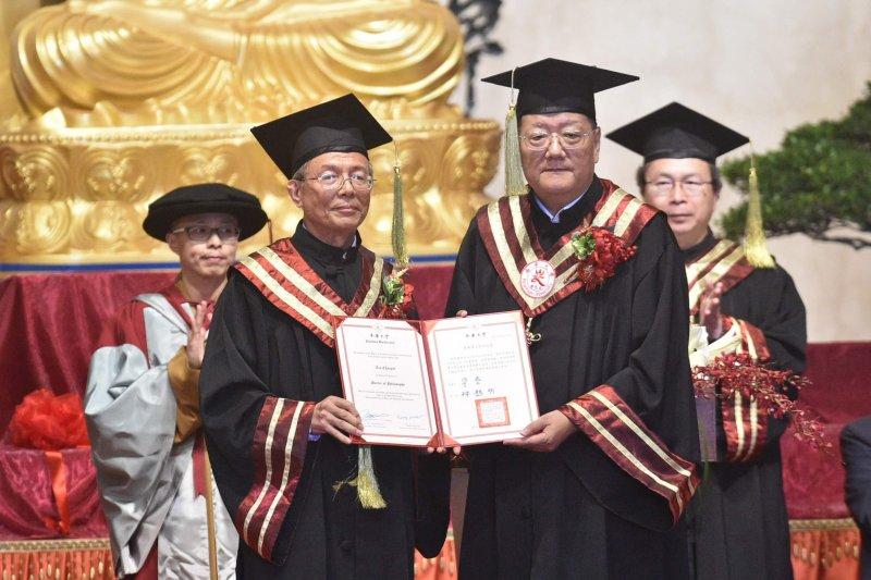 南華大學林聰明校長(左)頒發「管理科學榮譽博士」學位證書予鳳凰衛視總裁劉長樂(右)。〔圖/南華大學提供〕