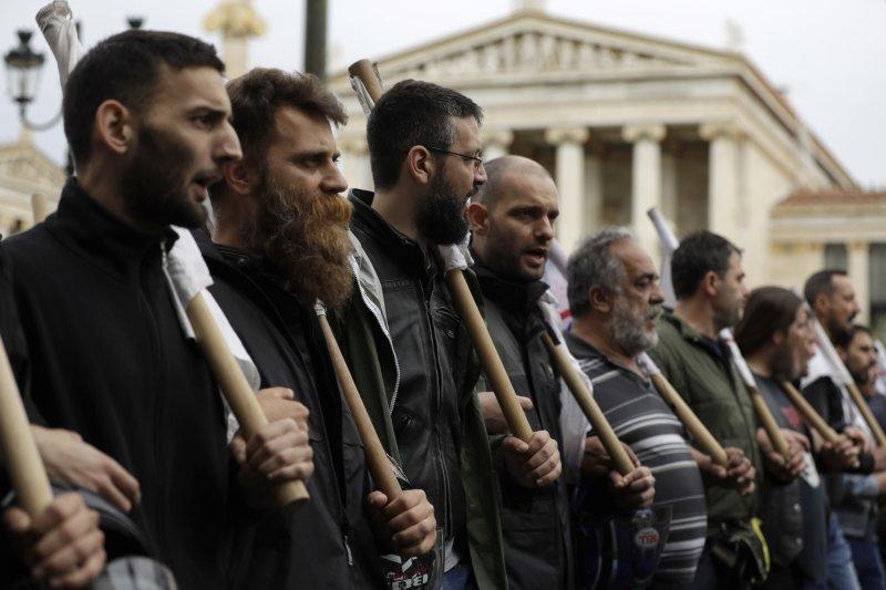 希臘工會17日發起24小時大罷工,抗議國際債權人實施 新一輪撙節措施,雅典和其他主要城市都有示威活動。(美聯社)