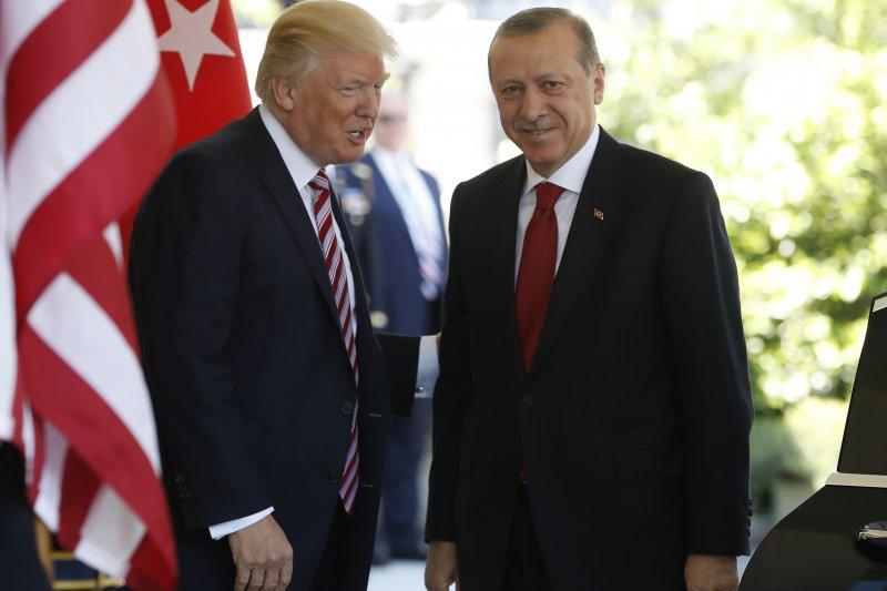 美國總統川普(左)與土耳其總統艾爾多安會面。(美聯社)