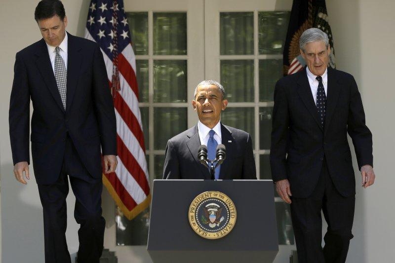 2013年6月,歐巴馬總統(中)與聯邦調查局(FBI)局長穆勒(右)、FBI新任局長被提名人穆勒(AP)
