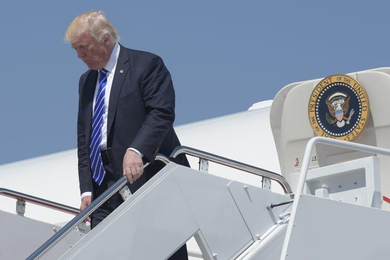 美國總統川普步下空軍一號專機(AP)