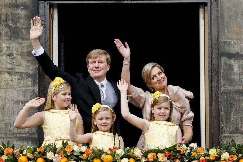 荷蘭國王威廉-亞歷山大與妻女向民眾揮手致意。(美聯社)