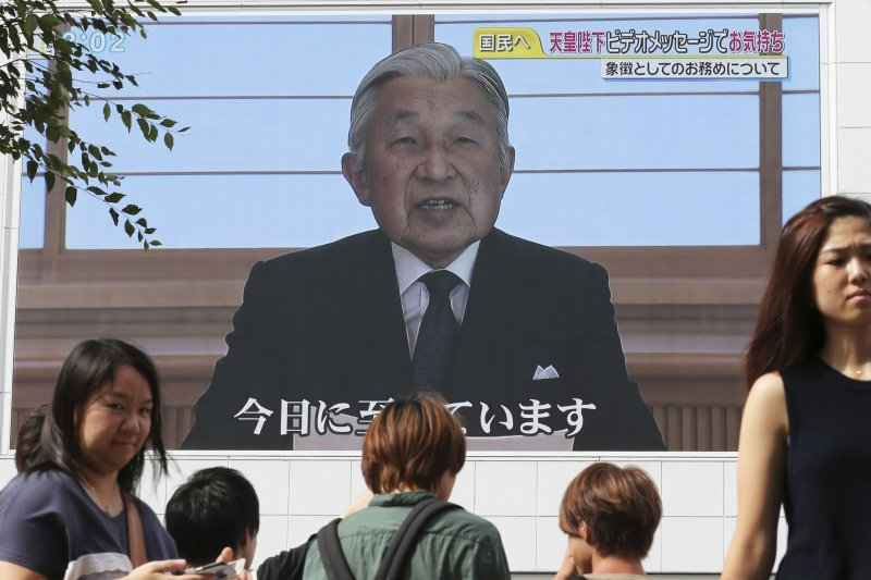 明仁天皇在去年8月錄影宣布自己想要退位的心願。(美聯社)