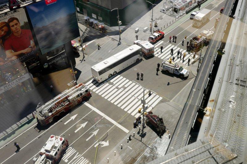 紐約市地標時報廣場(Times Square)附近的劇院區旁的行人徒步區發生汽車衝撞事件,警方高度戒備。(美聯社)