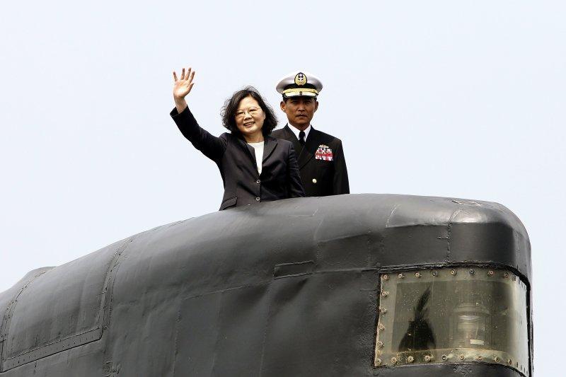 台灣民意基金會體檢總統蔡英文施政,國防表現是民眾較滿意的一項。圖為英文總統2017年3月21日視察左營海軍基地,登上劍龍級潛艦「海虎號」(AP)