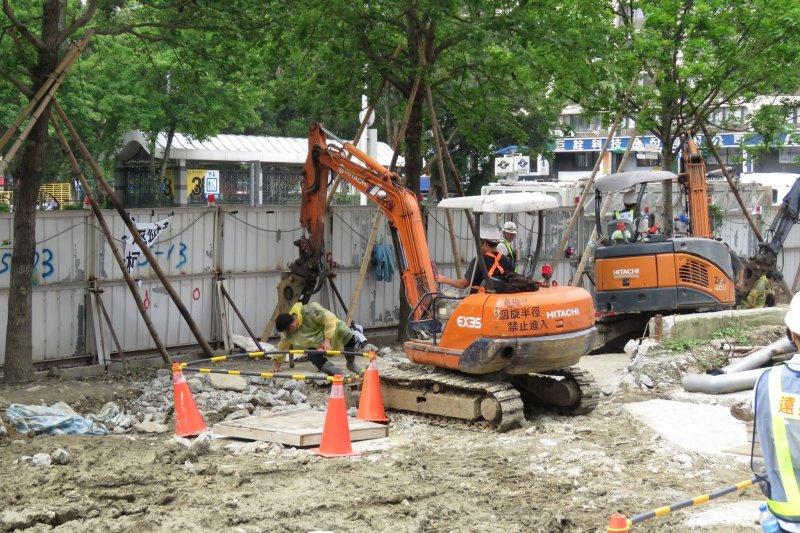 遠雄移植大巨蛋周圍33棵行道樹工程持續進行。(取自「麵包台」臉書)