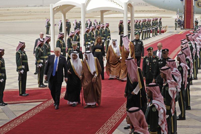 美國總統川普20日抵達出訪首站沙烏地阿拉伯,沙國國王親自接待。(美聯社)
