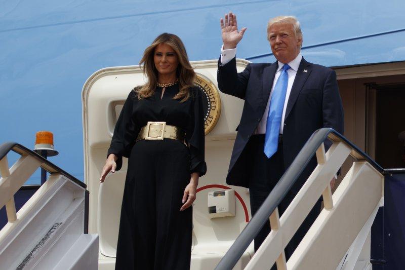 美國總統川普(右)與第一夫人梅蘭妮亞(左)20日抵達沙烏地阿拉伯。(美聯社)