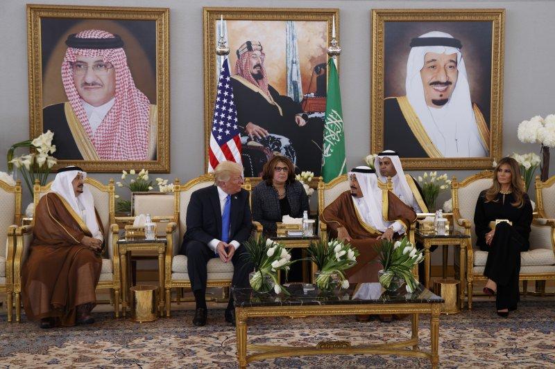 沙國國王薩爾曼(King Salman)(中右)接待川普。(美聯社)