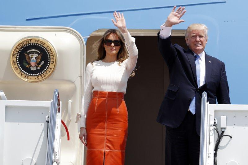 美國總統川普(右)與第一夫人梅蘭妮亞(左)19日從美國出發,展開任內首度出訪之旅。(美聯社)