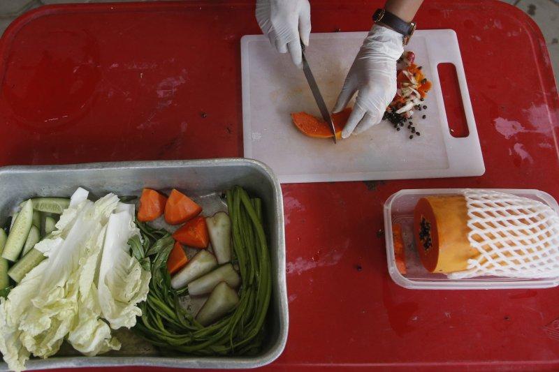 泰國胖猴「肥叔叔」的減肥餐。(美聯社)