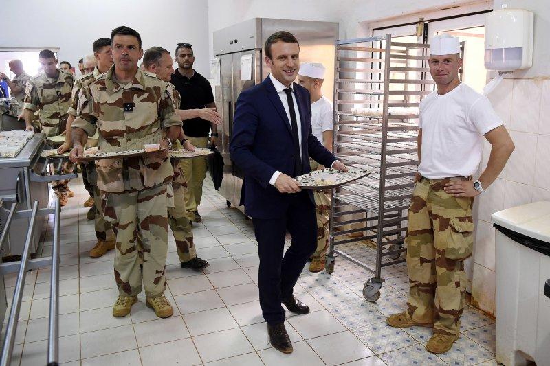 馬克宏出訪非洲國家馬利,順道訪視法國在當地的駐外部隊、與官兵一同用餐。(美聯社)