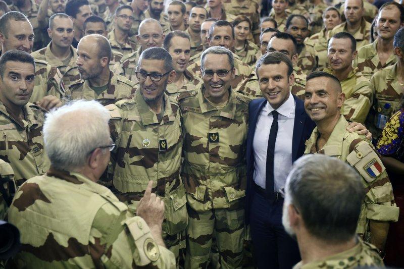馬克宏出訪非洲國家馬利,順道訪視法國在當地的駐外部隊。(美聯社)
